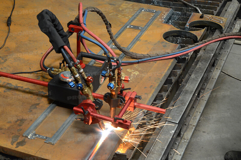 Automatic carriage for oxyfuel or plasma cutting