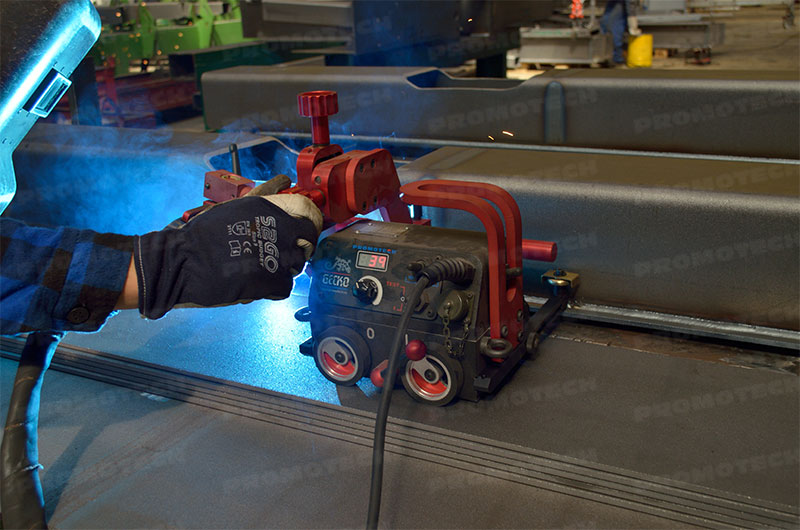 Automatic linear welding carriages with one or two torches
